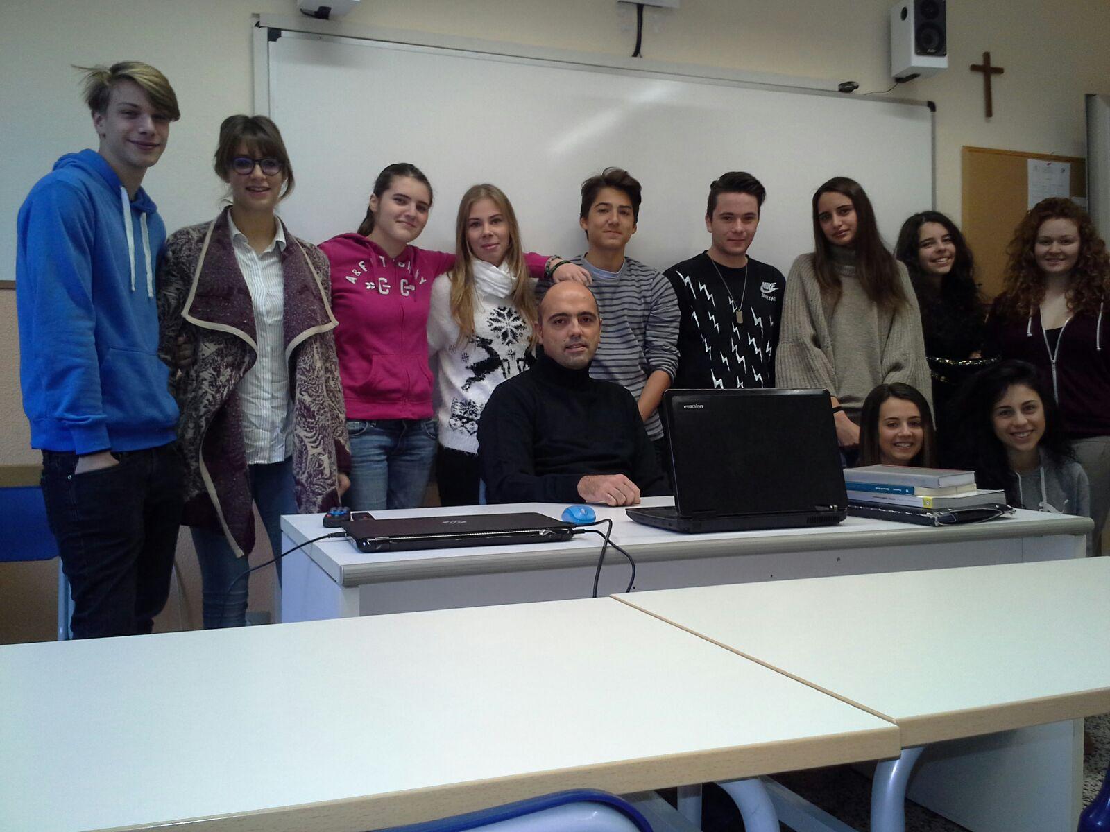 Vittorio Gaeta ze swoimi uczniami w klasie