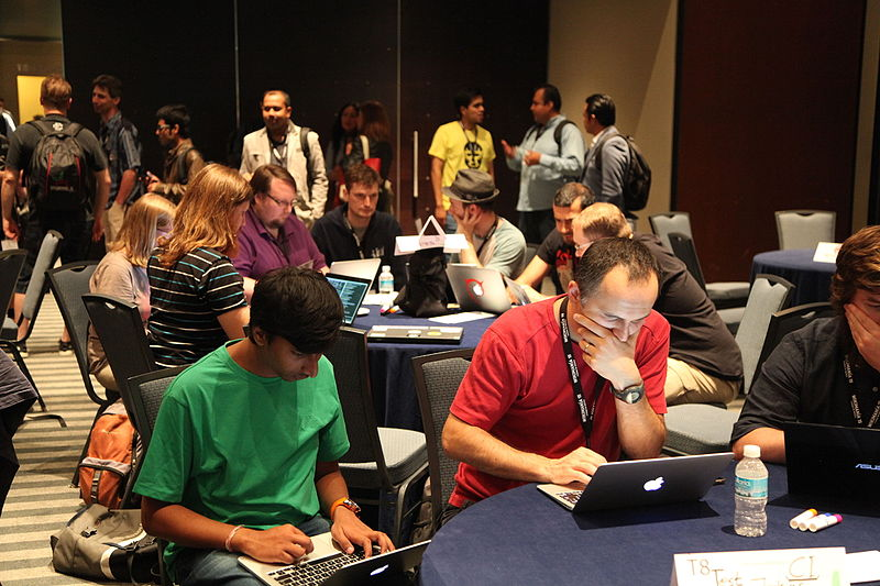 Typowy obrazek z sali hackatonu