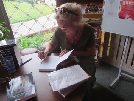 pani_maja_podpisuje_ksiazke_dla_czytelnika_polacy_we_wloszech